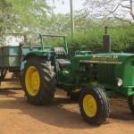 Le tracteur qui transporte les ordures à la décharge à 8 km.