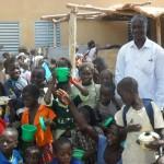Léonard Zoungrana au milieu des enfants de l'école Pognini.