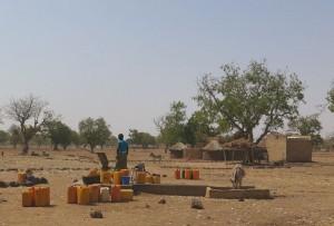 Ancien forage du village de Tiniwako. A 11h du matin, il y a encore beaucoup de bidons à remplir.