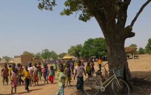 Kamsoamghin : la population du quartier, vient à notre rencontre précédée par les enfants.