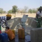 Les femmes de Kamsaoghin à la corvée d'eau.