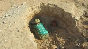Une potière de Toulgou (commune de Koupéla) récolte l'argile pour ses poteries. Les potières de Toulgou seront concernées par le projet.