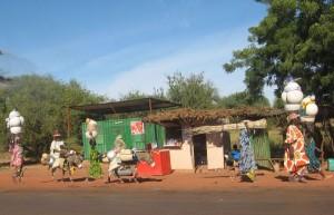 Famille Peul en migration au mali. les hommes se déplacent avec le troupeau en suivant des pistes où on trouve du fourrage